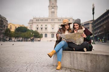Twee vrouwen lezen een kaart op een stadsplein